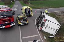 U nehody náklaďáku a osobního auta museli hasiči použít hydrauliku