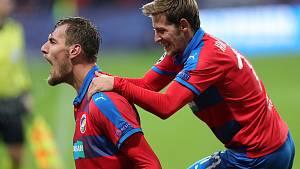 Tomáš Chorý (vlevo) se raduje ze vstřeleného gólu do branky AS Řím. Gratuluje Patrik Hrošovský.