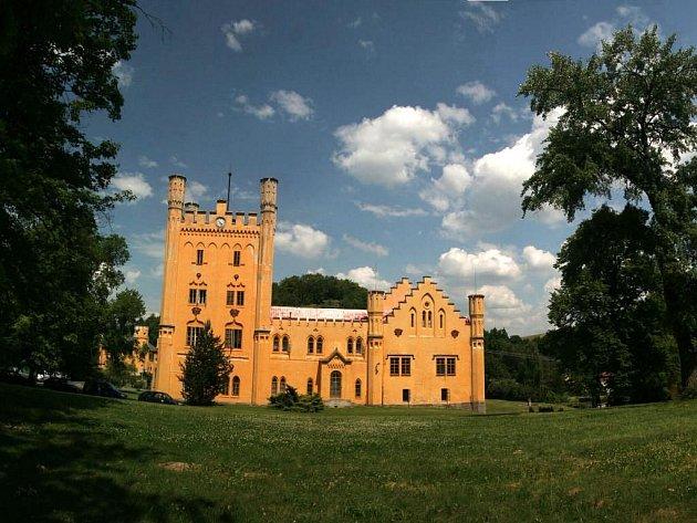 Turisté si v Nečtinech oblíbili především místní zámek. Stále častěji ho vyhledávají i svatebčané
