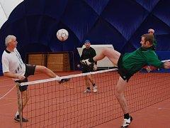 V SOUBOJI na síti se jeden z hráčů Líní snaží zablokovat stříbrského Pavla Oktábce (vlevo).