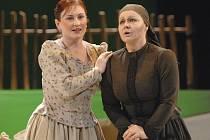 Ivana Šaková (vlevo) v roli Jenůfy a Eliška Weissová jako Stařenka Buryjovka v nové inscenaci Janáčkovy opery Její pastorkyňa. Vystoupily v sobotní premiéře na scéně Velkého divadla v Plzni
