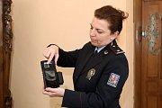 Město Plzeň předalo cizinecké policii speciální přístroj na kontrolu otisků prstů a rozpoznání obličeje on-line.