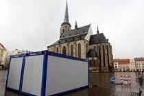 Třicítka kontejnerů, které se v posledních dnech objevily v ulicích Plzně, konečně poprvé ožila.