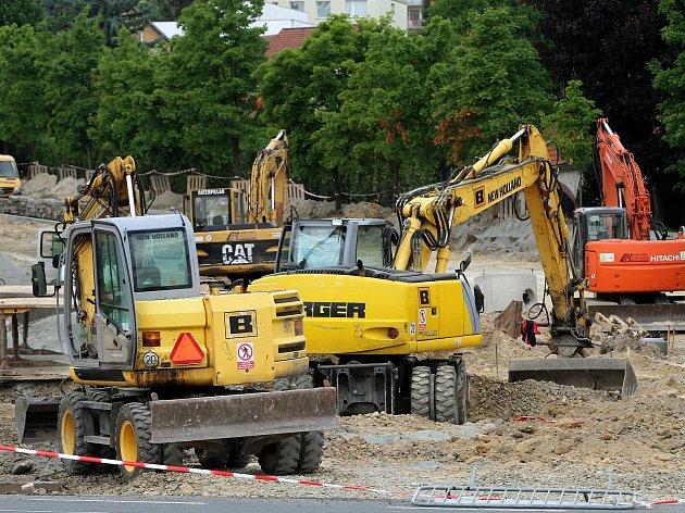 Studentská třída v plzeňské části Bolevec při závěrečné etapě kompletní rekonstrukce. Opravuje se jak podloží, povrch, přilehlé chodníky tak i inženýrské sítě pod povrchem vozovky.