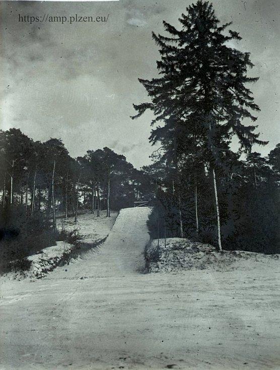 Skokanský můstek na Chlumu v roce 1936 postavil Svaz československých dělnických turistů.