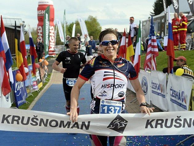 Eva Potůčková v cíli Půlmaratonu Plzeňského kraje.