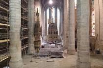 Lešení už je v severní lodi, jižní už je dokončená – rozvody vedené pod podlahou  jsou zakryté, vedou také k lavicím, které budou vytápěné.
