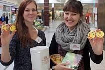 Studentky čtvrtého ročníku Tereza Horníková (vlevo) a Markéta Tichotová, které sluníčka nabízely ve čtvrtek v OC Plzeň