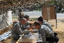 Čas oběda v kempu současné americké armády, který vyrostl U Zvonu. Mimo kontrolního stanoviště tam byla k viděníi jídelna, minové pole a dřevěný plán města