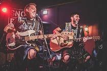 Kanadská skupina čerpající z punku a skotských tradičních písní se po třech měsících vrátila do Plzně.