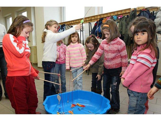 Děti při oslavě Celosvětového dne vody kromě vědomostní soutěže vybarvovaly obrázky s vodní tematikou, skládali puzzle, nebo lovily rybičky pomocí magnetických prutů