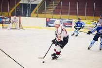 Nevyšlo to. Hokejisté Domažlic (v modrém) prohráli odvetu v Klatovech 5:6 i samostatné nájezdy 1:2 a nepostoupili do semifinále nejvyšší krajské soutěže.