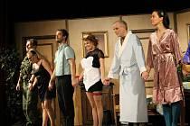 Divadelní společnost Háta představila ve Kdyni hru Zamilovaný sukničkář.
