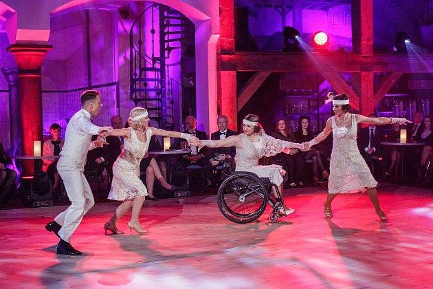 Hvězdy vpivovaru tančily pro Paraple. Zleva Dana Batulková, Jan Onder, Marie Nahodilová a Kateřina Baďurová.