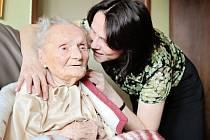 Marie Behenská s vnučkou Jindřiškou Jírovcovou při oslavě 110. narozenin.