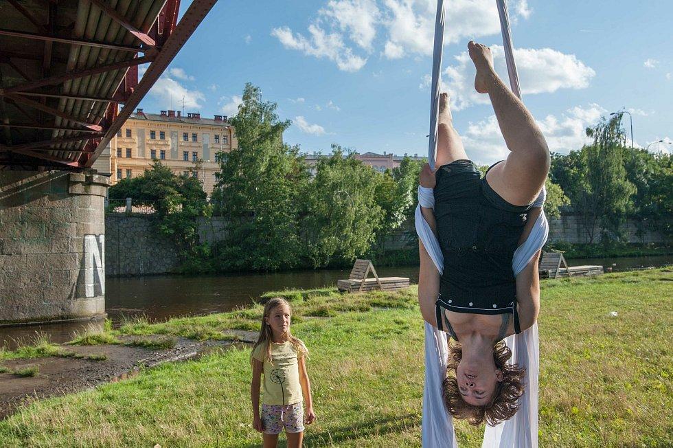 Na náplavce u Mže  se konal workshop závěsné akrobacie.