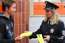 Policie rozdávala v Horní Bříze reflexní prvky. Na snímku je policejní mluvčí Pavla Burešová