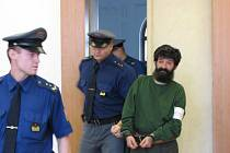 Peter Geňa v doprovodu justiční stráže