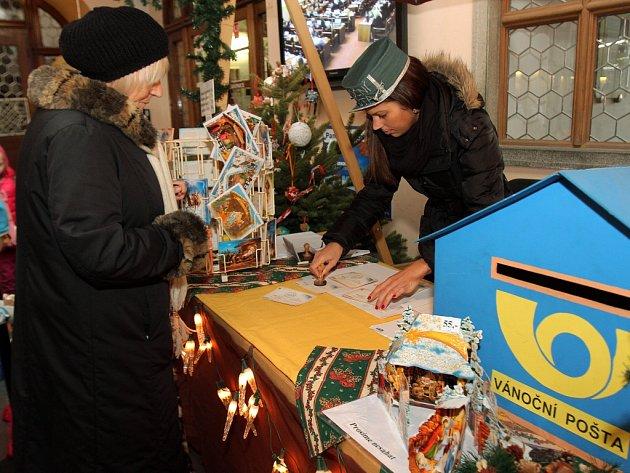 V mázhausu plzeňské radnice po roce opět začala úřadovat vánoční pošta. Pro originální razítko, jehož má pošťák v záloze hned dva druhy, si už během prvního dne přišly desítky lidí.