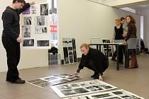Patnáct studentů Fakulty umění a designu ZČU formou knižních ilustrací nebo komiksu zpracovalo patnáct povídek Franze Kafky. Snímek zachycuje instalaci výstavy
