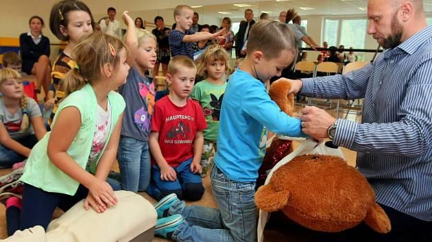 Záchranář Marek ukázal žákům 22. ZŠ v Plzni, jak poskytnout první pomoc
