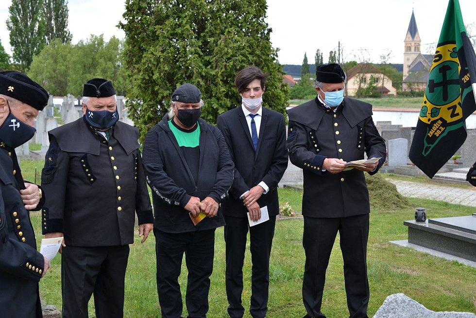 Výročí tvrdě potlačené stávky nýřanských horníků si připomněli členové Hornicko-historického spolku Západočeských uhelných dolů. Položili věnce u pomníku v Nýřanech a na hřbitověv Úhercích, kde je pochováno třináct obětí střelby do řad horníků.