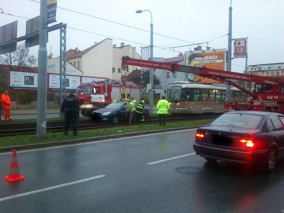 Řidič vjel na koleje, praskly mu čtyři pneumatiky a zablokoval provoz