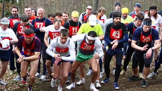 Závodníci kategorie mužů vyrážejí na trať  27. ročníku lesního krosu Okolo Zámečku. Nejrychlejší na šestikilometrové trati v  Radčicích u Plzně byl Petr Minařík z AK Zlín