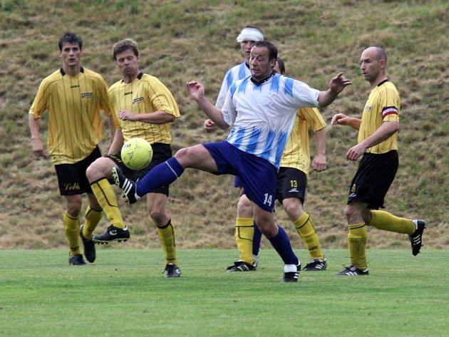 Fotbalisté Chotíkova (ve žlutém) v domácím prostředí remizovali v úvodním utkání o postup do I. A třídy s Bezdružicemi 0:0.