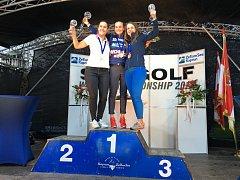 Eva Koželuhová (uprostřed) slaví  vítězství na mistrovství světa ve Ski & Golfu ve společnosti druhé Isabelly Langové (vlevo) a bronzové Kathariny Dorsheimerové.