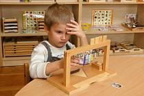 Ve školce Pampeliška se děti učí metodou Montessori. Při výukové hře na ně dohlíží učitelka Kateřina Miksanová