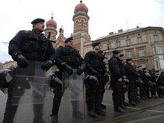 Policejní manévry před Velkou Synagogou při pochodu radikálů v roce 2008