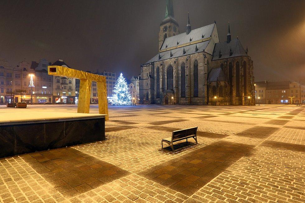 Noční sněžení v centru i okrajových částech Plzně. Na snímku náměstí Republiky - Katedrála sv. Bartoloměje.