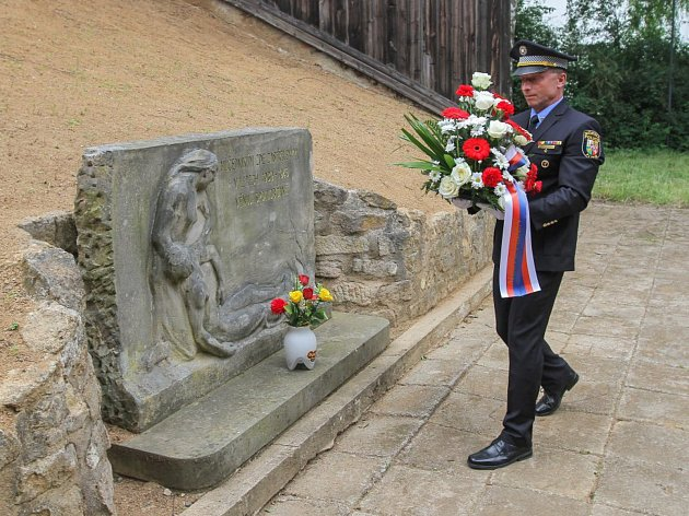 Památník lidem popraveným v době protektorátu je na lobezské střelnici od roku 1949. Vytvořila ho plzeňská sochařka Marie Uchytilová, autorka sousoší lidických dětí.