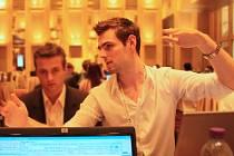 Roman Sterly při finálovém klání soutěže Global Management Challenge v Macau. Následně  mladík vytvořil webovou aplikaci, která soutěžícím pomáhá dosáhnout lepších výsledků