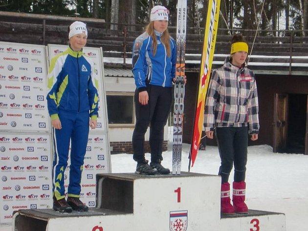 Stříbrná Lucie Prokešová (vlevo) si na stupních vítězů v Jablonci užívá svůj úspěch ve společnosti vítězky Kateřiny Mondlové  (uprostřed) a třetí Karolíny Ostrejšové