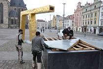 Z kašen, fontán i pítek v Plzni začíná tryskat voda.