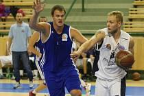Václav Honomichl (s míčem na snímku z utkání proti Sokolu pražskému) se podepsal pod úspěšné tažení svého týmu dosavadní sezonou