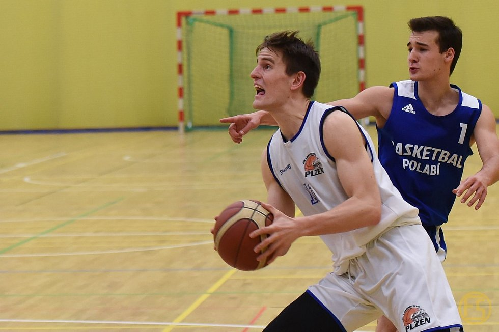 Pokořili sto bodů. Basketbalisté Plzně zdolali Polabí 104:72. Na snímku drží míč plzeňský Jan Maděra.