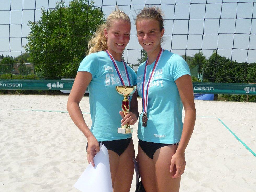 Plzeňské beachvolejbalistky  Jana Forejtová (vlevo)  a Kateřina Valková vybojovaly na mistrovství republiky bronz