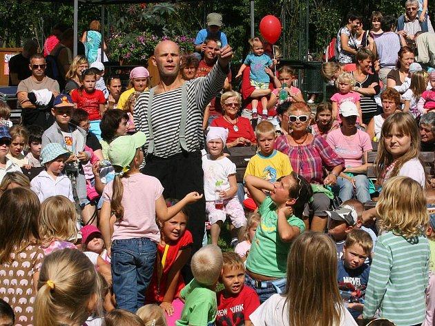 Prvním pondělním vystoupením na plzeňském festivalu na ulici bylo představení Divadla z PRAKU s názvem Červená Karkulka aneb To je náhodička