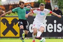 Kapitán Viktorie Pavel Horváth (vpravo) bojuje o míč se soupeřem v utkání s Krasnodarem