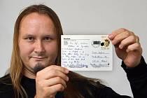 Tomáš Kofroň ukazuje pohled, jejž mu kdysi poslal kamarád z Barcelony