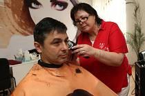 Kadeřnice Eva Taubenhanslová upravuje v salonu svého zákazníka.