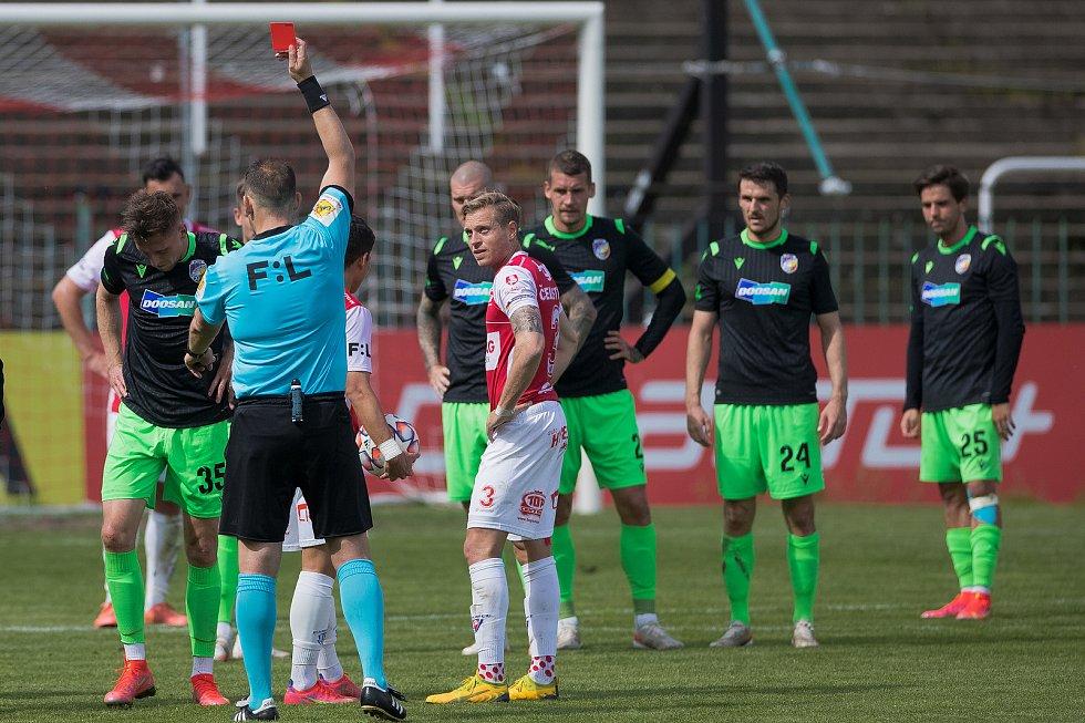 Lukáš Hejda ze zdi sleduje, jak jeho parťák ze stoperské dvojice Filip Kaša dostává červenou kartu.