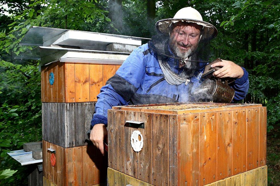 09 - Kouřem se včely zklidní, aby při otevření úlu a odběru rámků méně létaly.