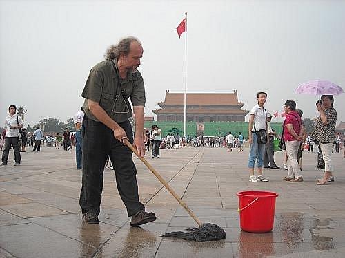 Milan Kohout při performanci v Číně