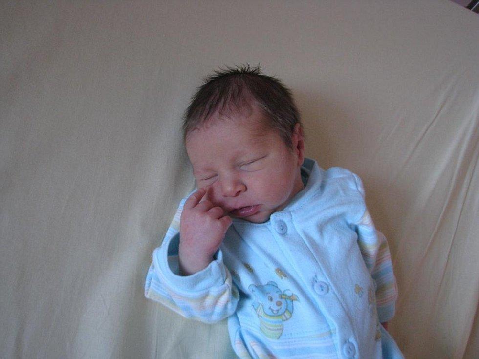 Maminka Věra Bendová a tatínek Petr Bejček z Mýta se radují z narození Petra (3,22 kg, 50 cm). Jejich druhorozený syn přišel na svět 8. března v 7:15 ve FN v Plzni. Doma se na brášku těší sedmiletý Lukáš