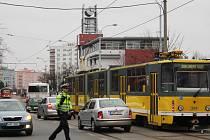 Nehoda tramvaje a osobního auta na Koterovské třídě