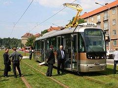 Nová tramvaj PMDP má lehce udržovatelná sedadla, kamerový systém proti vandalům a zároveň na monitorování nástupního prostoru řidičem. První cestující se tramvají projedou pravděpodobně v listopadu 2010. Sedět jich může 35, 117 míst je pak na stání